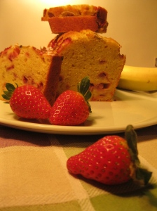 una fetta di strawberry and banana bread