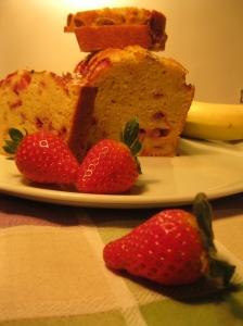 una fetta di strawberry and banana bread