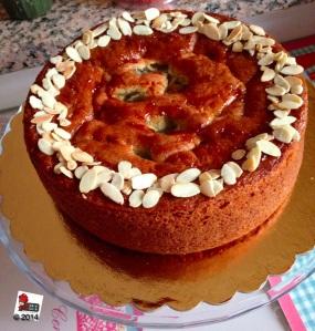 Torta al rabarbaro, crema pasticcera e fragole