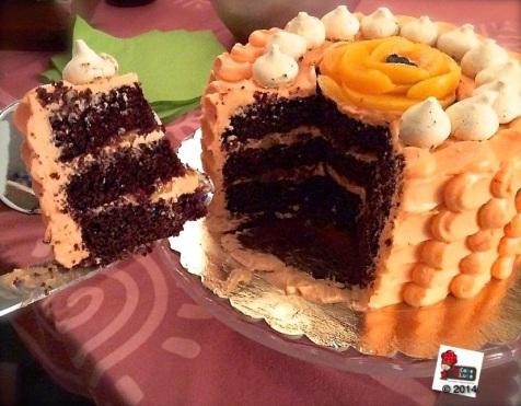 Ombre cake alla pesca, cioccolato e amaretto.